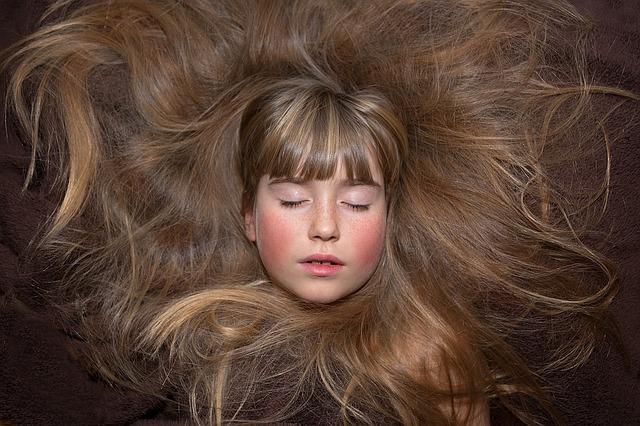 dlouhé vlasy s ofinou