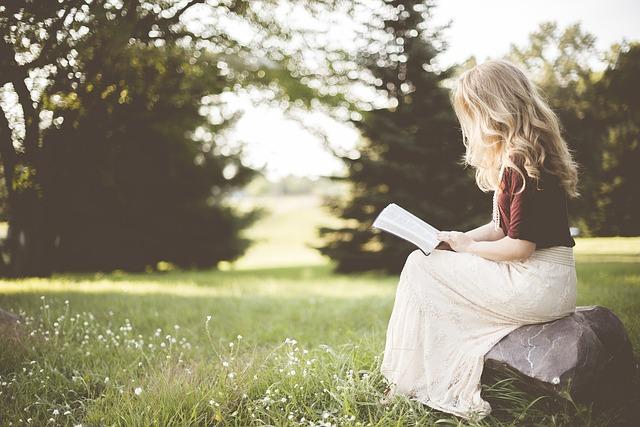 blondýna s knihou