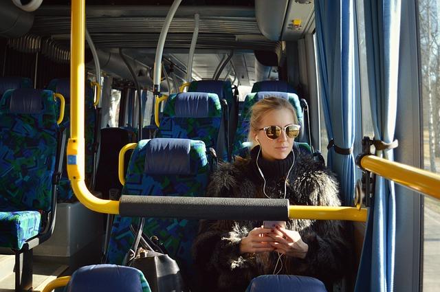 blondýna v autobuse