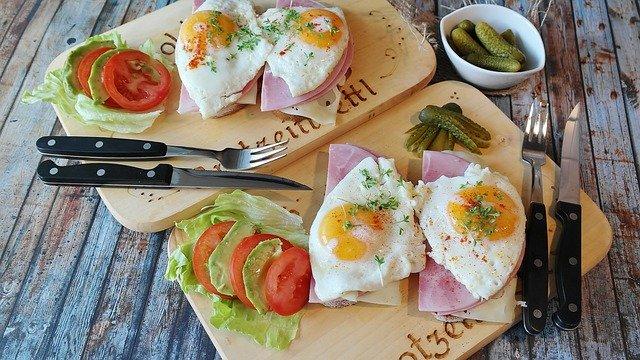 chleba se šunkou a vejcem Dokonalá snídaně, bohatá na bílkoviny.