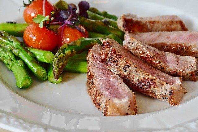 I různé druhy masa obsahují různé množství bílkovin
